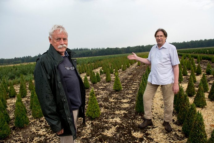 Robbert van Duin (rechts) en Henk van Kessel (links) spraken zich als omwonenden eerder deze maand ook al uit tegen de teelt van kerstbomen aan de Oranjeweg in Emst.