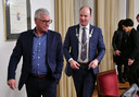 Wethouder Jan van der Wiel (links) met burgemeester Ryan Palmen tijdens een raadvergadering.