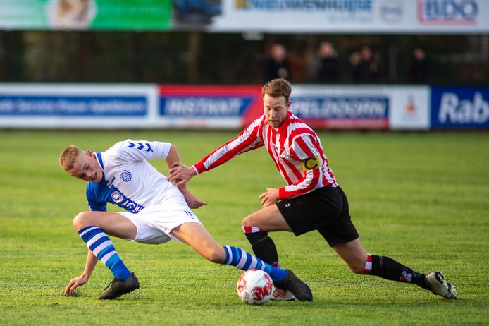 Roy van der Gouw (rechts) probeert de bal te veroveren.
