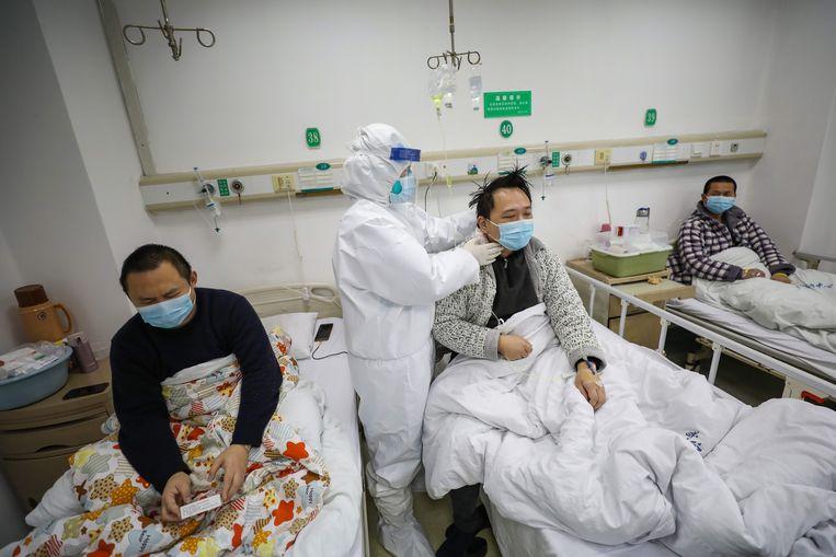 """De ziekenhuizen liggen overvol met patiënten. """"Ze kunnen in China niet meer doen dan wat ze nu doen."""""""