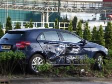 Auto belandt in bosjes na botsing in Gouda