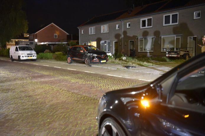 De auto heeft hierbij een geparkeerde auto geraakt en die ongeveer 25 meter meegesleurd over de stoep.