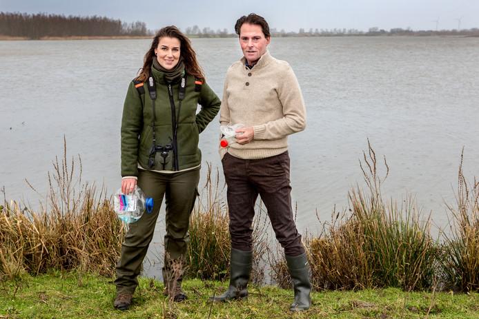 Boswachter Vera Willemsen en wethouder Paul Boogaard van de gemeente Hoeksche Waard gaan plastic in de natuur te lijf. Vrijdag wordt er een 'stofzuiger' geplaatst in het Hollands Diep bij Strijensas.