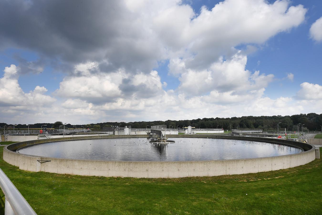 Het waterschap onderzoekt de mogelijkheid om in oude waterbakken van de Dinxperlose waterzuivering drijvende zonnepanelen te leggen.