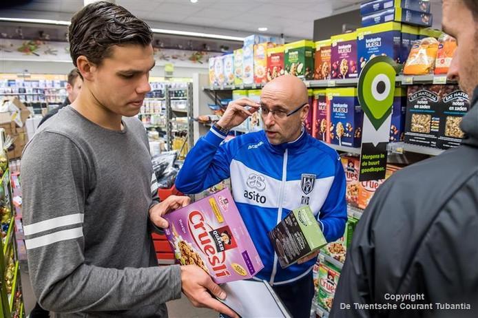 Justin Hoogma krijgt uitleg over voedingswaarden van Richard van Beek.