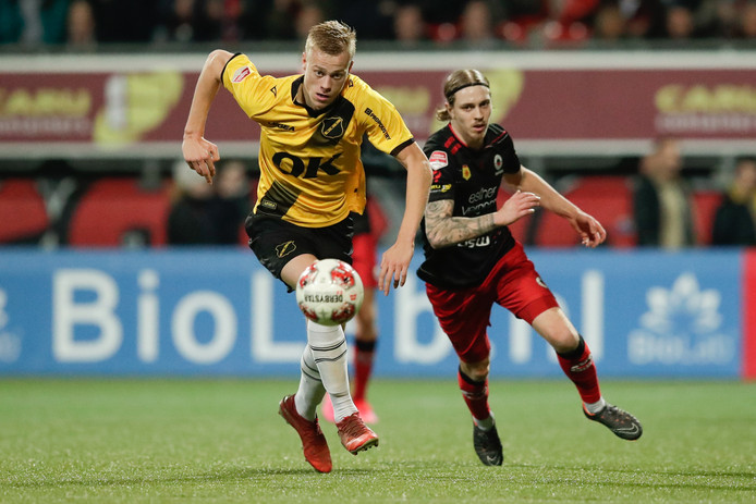 Jan Paul van Hecke (NAC) in duel met Elias Mar Omarsson van Excelsior.