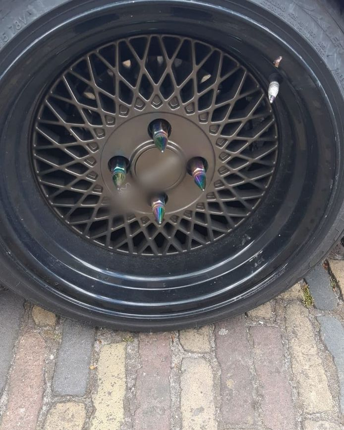 De bestuurder van de auto met deze velgen is aangehouden in Kampen door de verkeerspolitie.