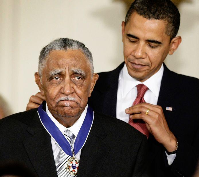 De toenmalige president Barack Obama onderscheidt Jospeph Lowery met de Presidential Medal of Freedom. Foto uit 2009.