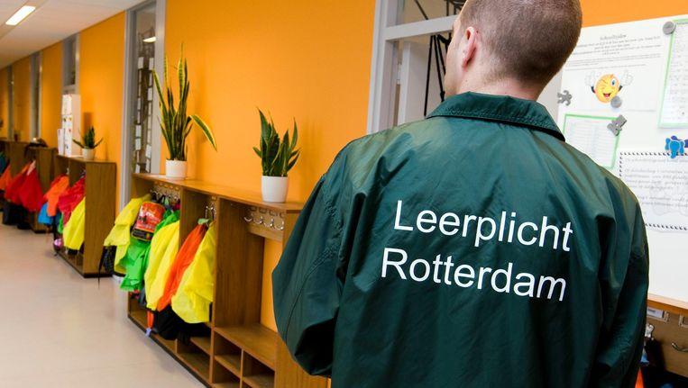 Een leerplichtambtenaar aan het werk in Rotterdam. Beeld ANP