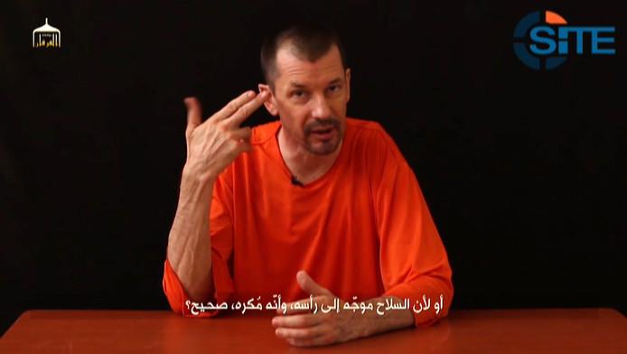 John Cantlie verscheen in drie eerdere videoboodschappen. Telkens is hij in het oranje gekleed.
