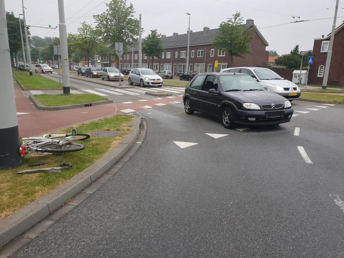 Op de rotonde van de Huissensestraat met het Sint Gangulphusplein in Arnhem botste een auto met een fietser.
