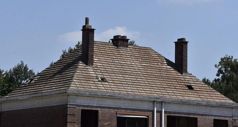 De oude huizen in Nieuw Kortrijk wijken voor 311 nieuwe. Tijdens de sloop wordt ook asbest in onderdakplaten weggenomen.