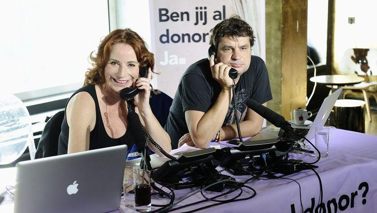 Actrice Marian Mudder en acteur Frank Lammers aan de telefoon tijdens de wervingsactie bij de start van de Donorweek (2012). Beeld anp