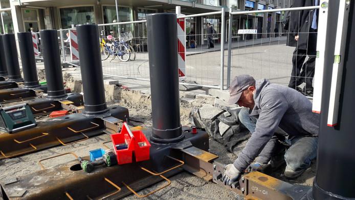 Het bouwen van de 'Muur van CS' is een heel karwei: staal en beton maken de barrière onpasseerbaar.