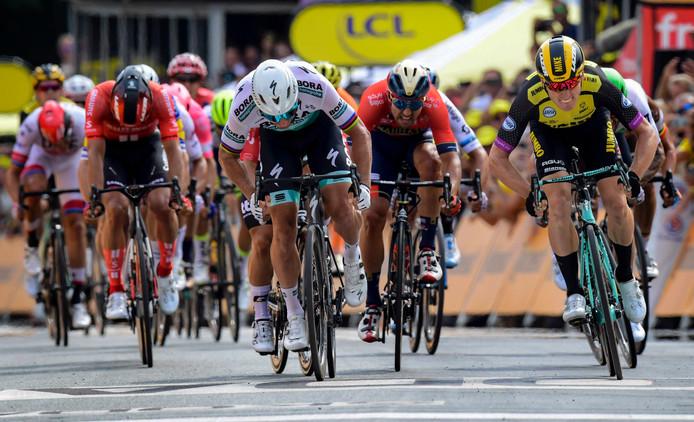 Sonny Colbrelli (rode trui, goudkleurige helm) bleek in de eerste etappe al een puntenpakker voor deelnemers aan de Lezerstour. In etappe 3 bezorgt hij Ron Smit uit Enter de dagzege.