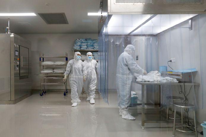 Medewerkers in een faciliteit van vaccinmaker Sinovac Biotech.