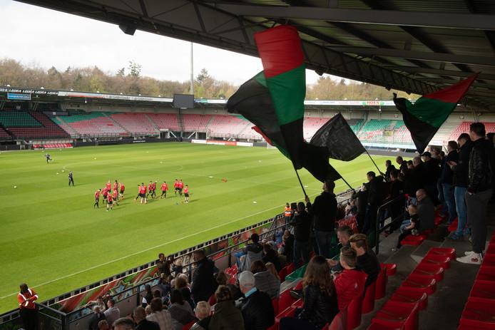 Supporters van NEC mochten zondag het eerste kwartier van de besloten training voorafgaand aan de topper tegen Jong Ajax volgen vanaf Hazenkamptribune.