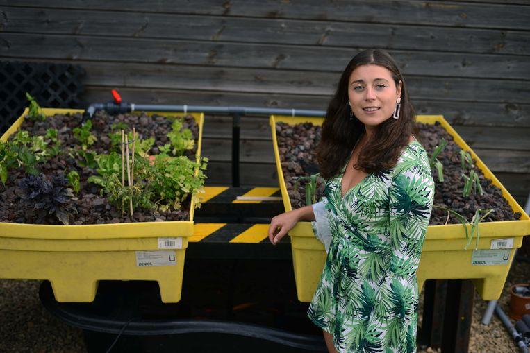 Hannah aan haar zelfgebouwd landbouwsysteem