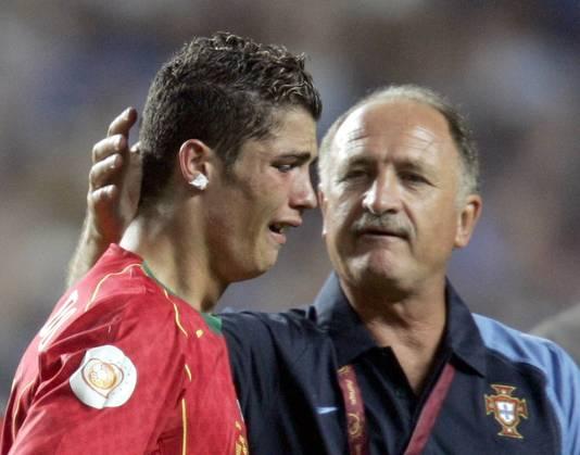 Cristiano Ronaldo treurt na de verloren EK-finale met Portugal tegen Griekenland in 2004.