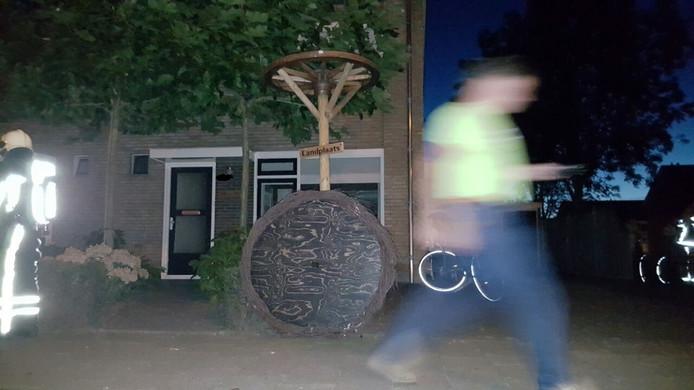 Het gewraakte ooievaarsnest. De persoon op de foto is een medewerker van Cogas. Foto: Jack Huygens/News United