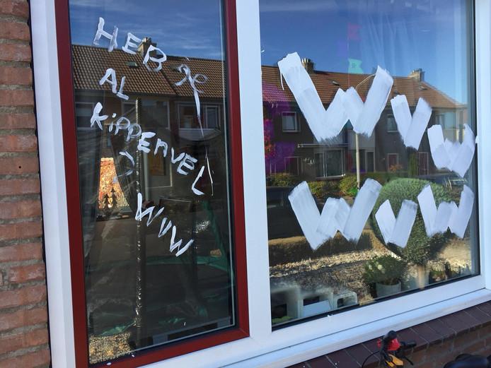 Het beschilderde raam van Bram Remkes.