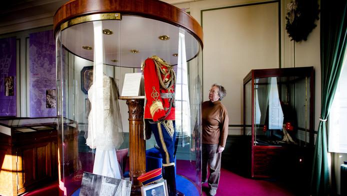 Een vitrine met een uniform van keizer Wilhelm II. Huis Doorn dankt zijn bekendheid vooral aan de Duitse keizer Wilhelm II, die hier na de Eerste Wereldoorlog in ballingschap leefde tot zijn dood in 1941.