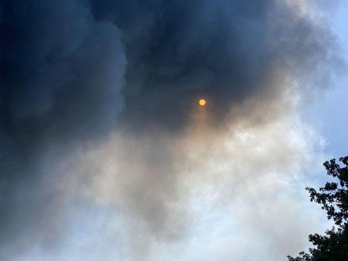 Grote rookwolken trokken vrijdag over Hapert.
