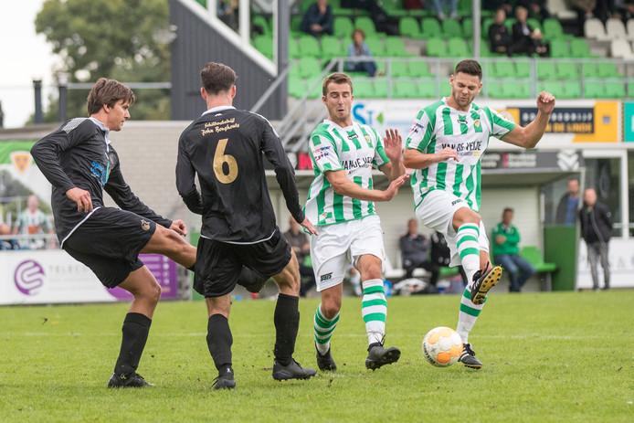 Matchwinnaar  Demy Kole (rechts) en ploegmaat Thijs van den Dries duelleren in het gewonnen duel met Cluzona.