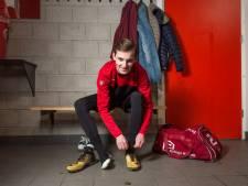 EMOS-speler Ties (18) heeft geen moeite met voetbal op zondag: 'Dan maar rustige zaterdagavond'