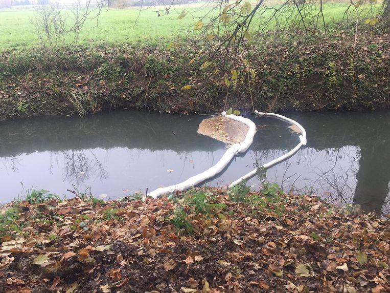 De dam aan de Rotemse Molen in Halen moet de mazout opvangen.