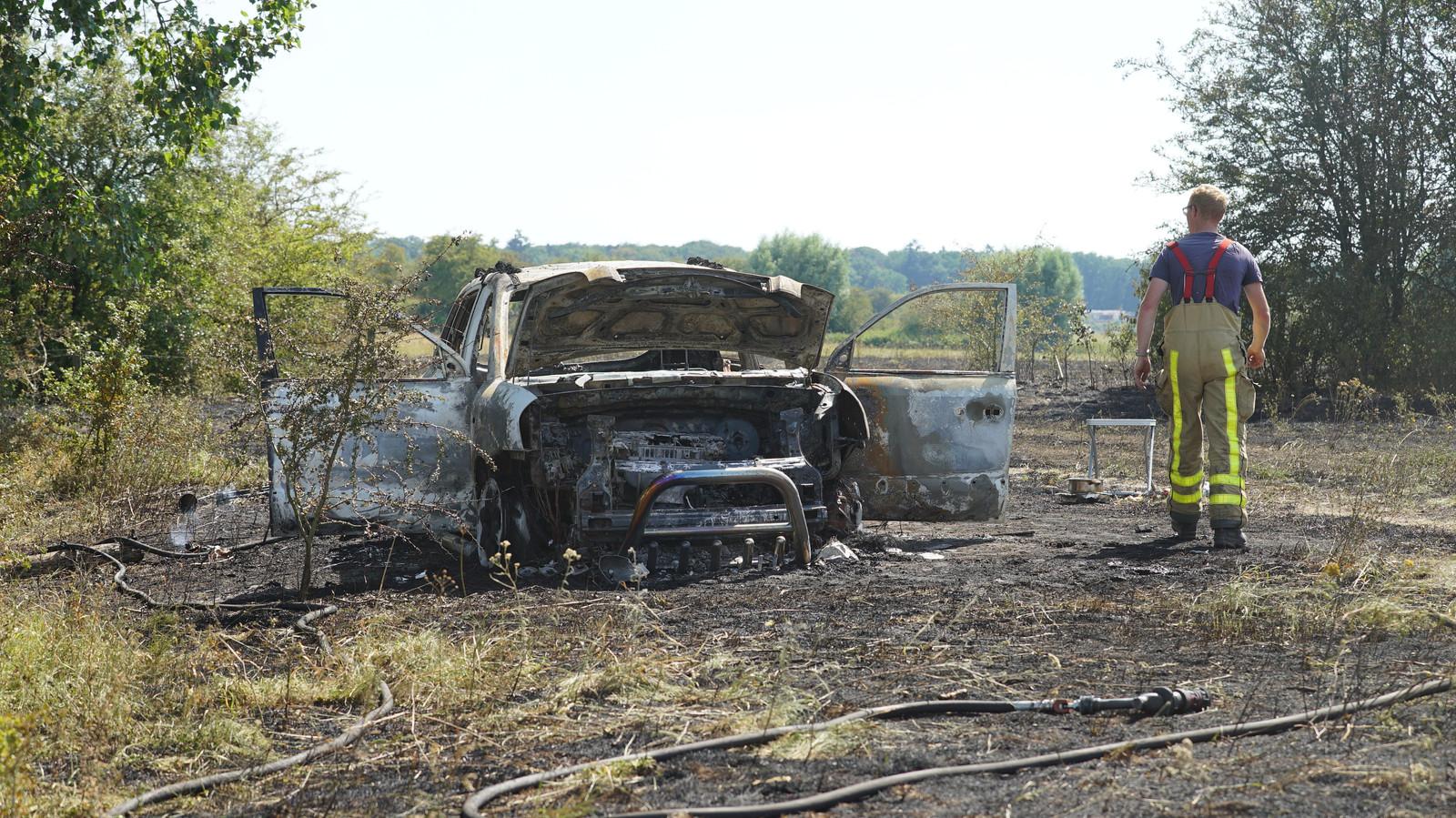 Een volledig uitgebrandde auto in de uiterwaarden van Wilp langs de IJssel.
