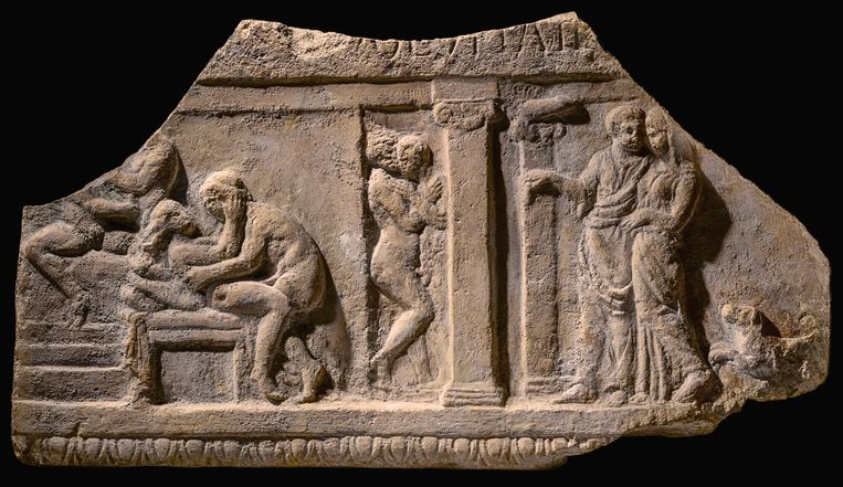 In de tentoonstelling in het RAM in Oudenburg worden talloze objecten uitgestald die het intieme leven van de Romeinen belichten. Op dit beeld zien we rechts bijvoorbeeld een koppel met hondje dat een bordeel betreedt.