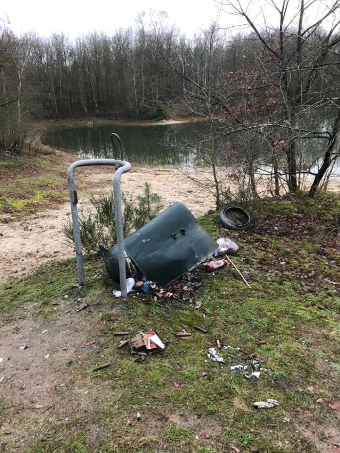 Zelfs in Langeveen sloegen vuurwerkvandalen toe. Acht mezenkasten en een afvalton moesten eraan geloven.