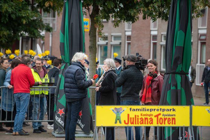 Burgemeester Petra van Wingerden wordt geïnterviewd door Sinterklaasjournaal-verslaggever Jeroen Kramer.