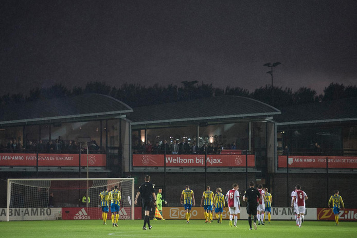 Een wedstrijd op Ajax-jeugdcomplex De Toekomst.
