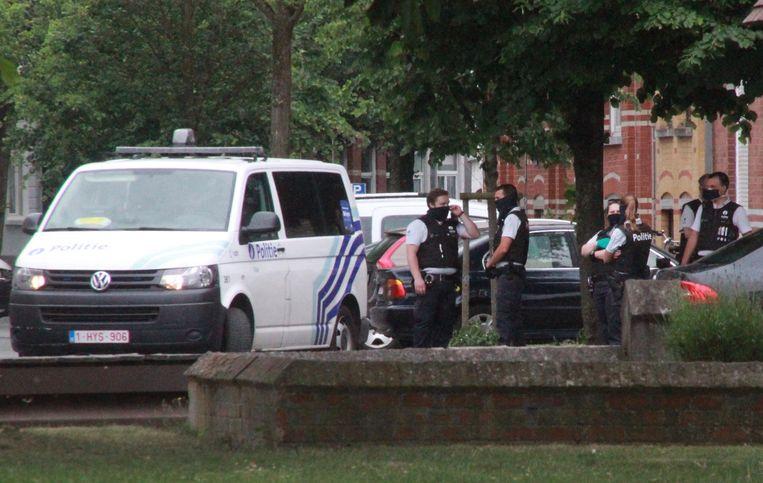 De politie sloot de omgeving van het Volksplein hermetisch af, nadat in de Sint-Rochuslaan een man zich had verschanst in een woning.