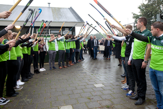 Erehaag Mixed Hockey Club Woerden voor kantinebeheerster Harriët Telkamp