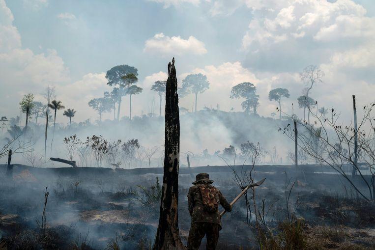 Een Braziliaanse soldaat bestrijdt het vuur in de Amazone.