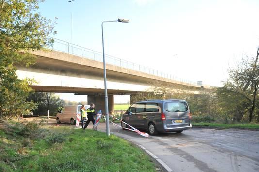 Een rouwwagen bij de plaats van het ongeluk in Heelsum.