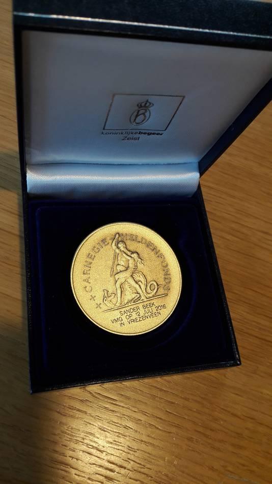 De penning die Sander Beek van het Carnegie Heldenfonds ontving voor het redden van zijn zusje.