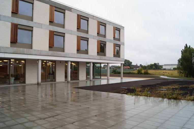 Zicht op de achterkant van Zonnewende. In de achtergrond zie je het pas aangelegde wandelpad, dat rond het gebouw loopt.