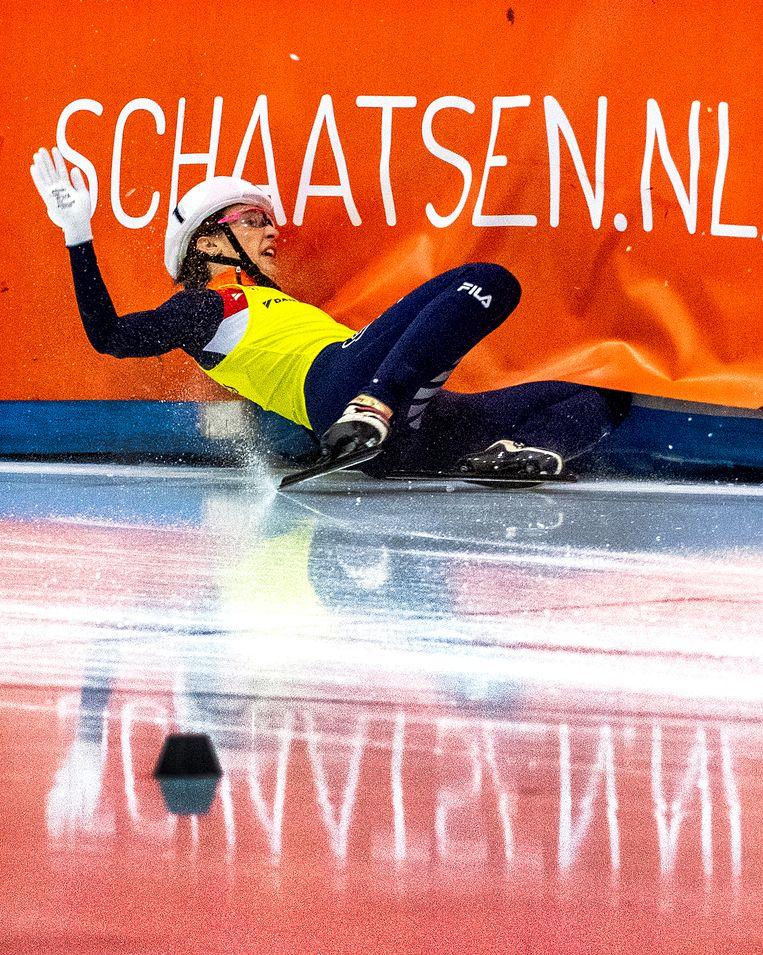 Suzanne Schulting gaat onderuit maar wordt wel Nederlands Kampioen. Beeld Klaas Jan van der Weij