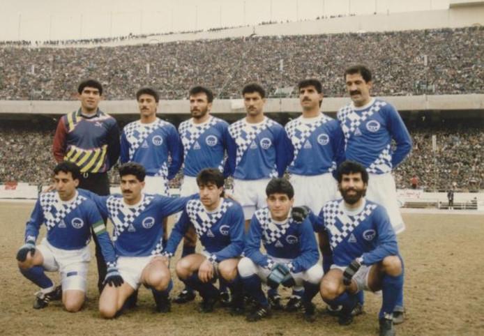 Esteghlal - Persepolis werd nooit voor minder dan 100.000 mensen gespeeld. Hier poseren Hashemi (zittend, tweede van rechts) en zijn teamgenoten voor de kraker en tevens derby.