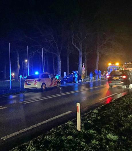 Twee gewonden bij ongeval waarbij auto tegen schakelkast wordt gekatapulteerd