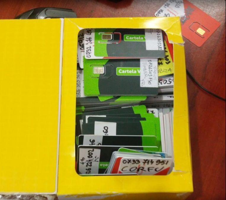 Simkaarten waarmee de Roemeense bende virussen verspreidde. Ze werden door de Roemeense politie in beslag genomen.  Beeld x