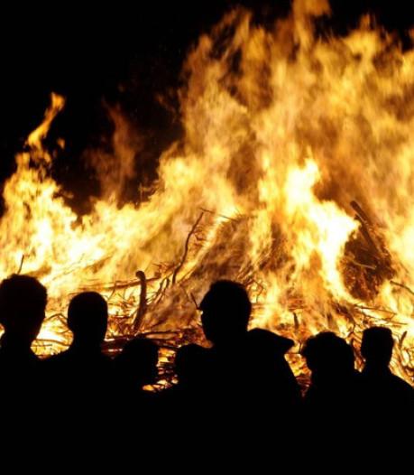 Net over de grens brandt het paasvuur gewoon