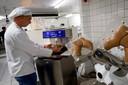 Stefan van Tilborg vult machinaal een vorm waarmee chocolade klompen worden gemaakt.Die kunnen dan later worden gevuld.