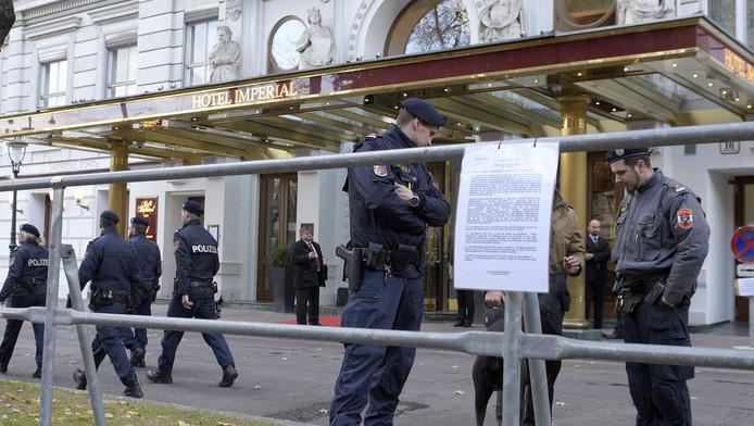 Foto ter illustratie. Politieagenten in november 2015 bij Hotel Imperial in Wenen.