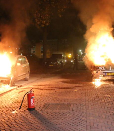 Twee auto's in brand op Van Kinschotstraat