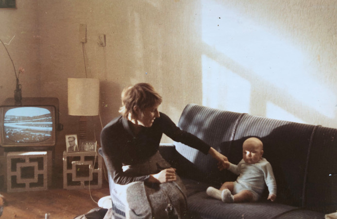 Nico Dijkshoorn als baby met zijn moeder.
